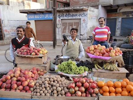 40. vanzatorul de stuguri din Agra.JPG