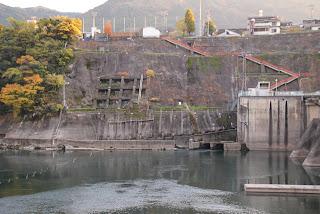 左岸下流側より発電所放流口を望む