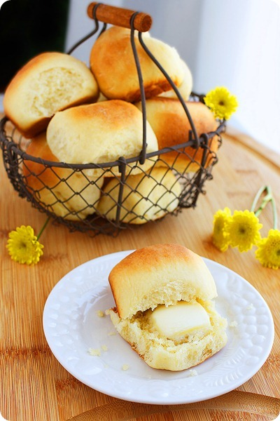 Easy Dinner Rolls – Buttery soft and simply delish for the side of soups, stews and any other meals! | thecomfortofcooking.com