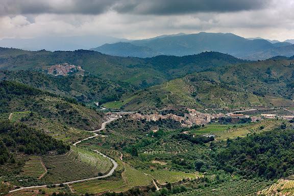 Vista de la Vilella Baixa des del grau de la Figuera. Antic camí ral de la Vilella Baixa a la Figuera.Camí de ferradura.La Vilella Baixa, Priorat, Tarragona