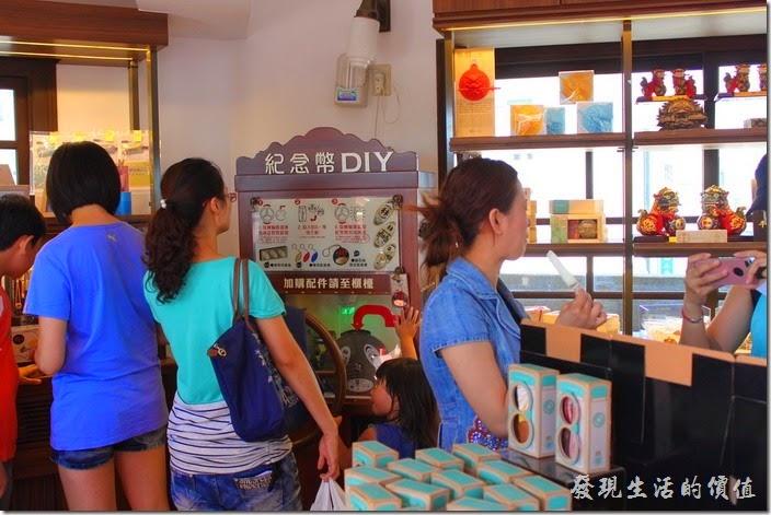 台南林百貨六樓樓梯間的HAYASHI Shop,還可以DIY製作紀念幣。