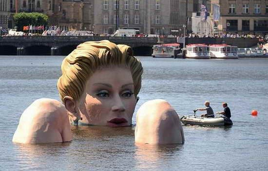 Giant_Bathing_Woman-Sculpture-in- Hamburg04