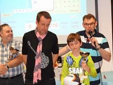 2014.10.26-016 Alain vainqueur du duplicate remet sa coupe à un junior