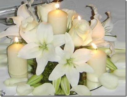 Arreglo Para Centro De Mesa Con Flores Blancas Y Velas Al Centro