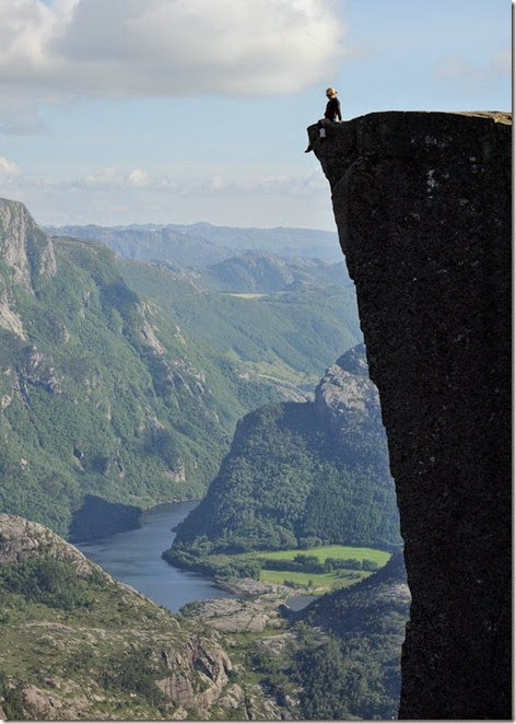 incredible_cliff_of_preikestolen_640_high_04