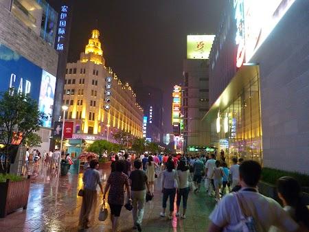 Nanjing Lu, strada comerciala din Shanghai.JPG