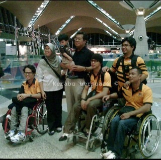 Gambar Santai YAB MB Selangor Semasa Di KLIA Semalam