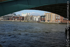 Blick unter der Brücke an der Themse