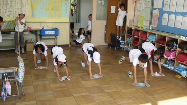 4- A maioria das escolas japonesas não têm zeladores