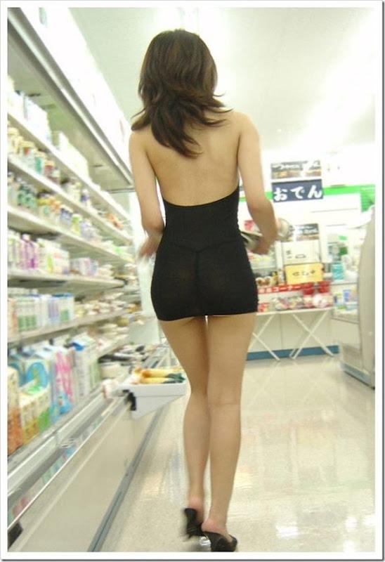 Garota com um mini vestido no supermercado (5)