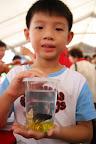 永昌的孩子买了鱼很开心呢!
