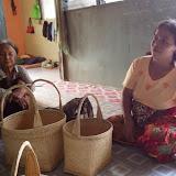 籐で作った籠を売る女性 / Women vending rattan baskets