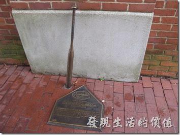 Louisville Slugger博物館的館外牆壁旁立了許多知名的球員的專屬球棒,包含女子軟式棒球。左圖為Pete Browning的球棒;右圖為Dot Richardson的軟式棒球球棒。