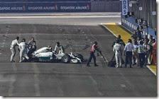 I meccanici spingono la Mercedes di Rosberg ai box
