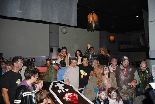 Juan Cruz y los zombis nos hicimos la foto de familia con el pastel.