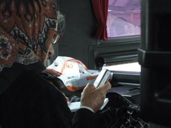 abuela con movil en el bus Belgrado-Zlatibor