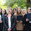 Zespół śpiewa pieśni Powstania Warszawskiego