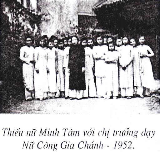 Thiếu Nữ GĐPT Minh Tâm (chùa Quán Sứ) với chị Trưởng dạy Nữ Công Gia Chánh - 1952