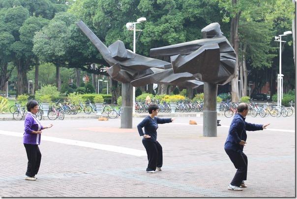 台南-成大裝置藝術。沒有記錯的話,這應該是朱銘的太極系列作品,旁邊剛好有民眾在練習打太極。