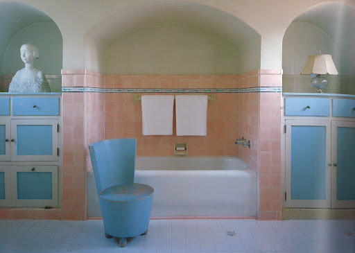 A 1936 Beverly Hills commission for the Countess di Frasso amazingly retained its Elise de Wolfe decor until 2007, when the house itself was razed. The master bath featured dramatic arched niches and a custom-designed Moderne tub chair. (Regency Redux, Rizzoli)