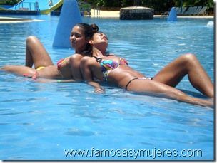 chicas en piscina fotos