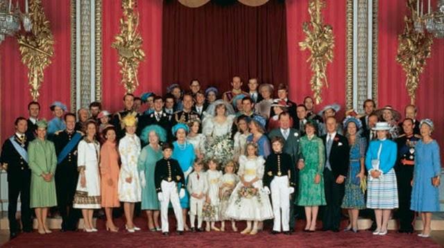 La gran familia de la realeza arropó la 'boda del siglo', como ha pasado a la historia el enlace de Carlos de Inglaterra con lady Diana