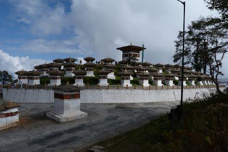 Obiective turistice Bhutan: Chorten 108 chortene Dochu La