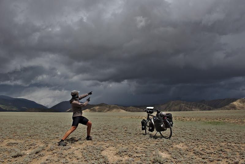 Biciclistul, bicicleta si furtuna.