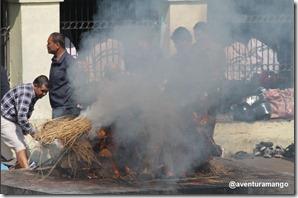 Cremação no Rio Bagmati em Kathmandu