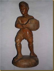 Patung pemain bola - depan