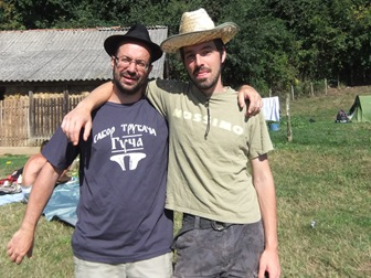 Con Jonas y mi sombrero nuevo en el camping, Guča