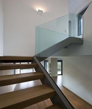 Interior diseño de escaleras barabda de cristal