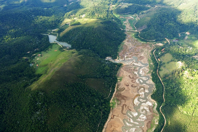 Aerial iew of the nearly dry Atibainha River, which supplies the city of Campinas, Brazil with some of its water supply, 18 November 2014. Photo: Dom Phillips / The Washington Post