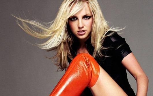 Britney_Spears_v_krasnykh_sapogakh_i_chernojj_futbolke-t2