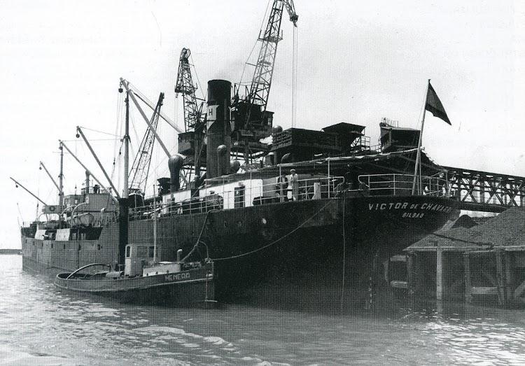 1960. Terminal de Sagunto. Descargando carbón. Del libro ALTOS HORNOS DE VIZCAYA, SA. HISTORIA DE SU FLOTA.jpg