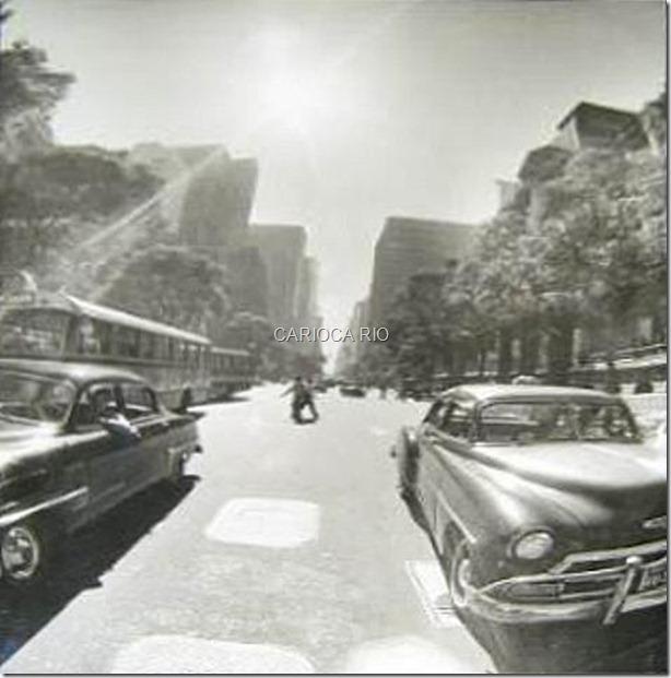 Avenida Rio Branco, no então Estado da Guanabara, na altura da Cinelândia. 1962