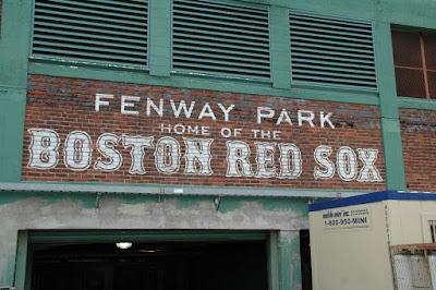 古そうなレンガに書かれたBOSTON RED SOXの名前