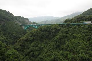 天端より下流の犬鳴大橋を望む