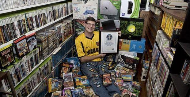 Michael Thomasson nella sua collezione di ben 11.000 videogame