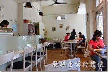 台南【看見咖啡】的餐廳內部裝潢,座位不多,最多20個人就了不起了,但窗明几淨,有別於台南以復古為主的早午餐咖啡店。