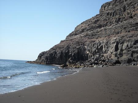 Plaja nisiposă din Playa Quemada Lanzarote, nisip negru şi fin