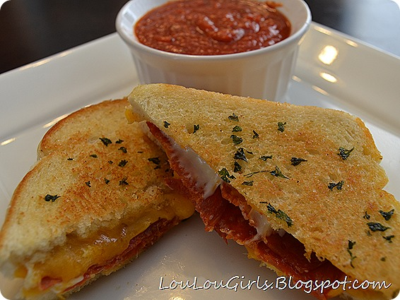Garlic-Grilled-Cheese-Pizza-Sandwich (3)