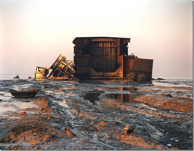 edward-burtynsky-– Shipbreaking #32, Chittagong, Bangladesh, 2001