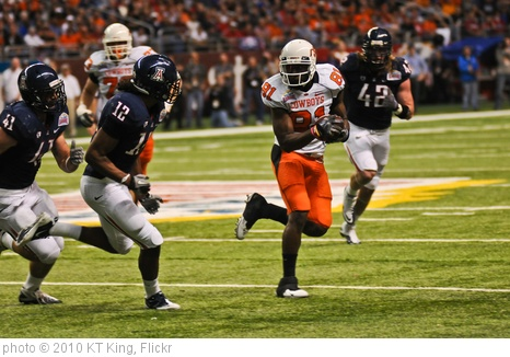'Justin Blackmon runs around Arizona's defenders' photo (c) 2010, KT King - license: http://creativecommons.org/licenses/by/2.0/