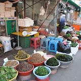 市場で売られているナムル。ソウル市内にて。