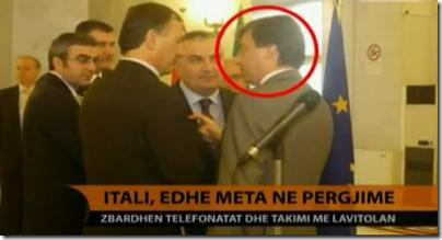 Il frame della tv albanese che mostra il ministro Franco Frattini in Albania insieme a Valter Lavitola lo scorso 21 ottobre 2009 (ormai latitante da diverso tempo).