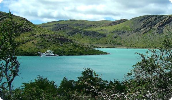 Lago Pehoé e o catamarã que realiza a travessia