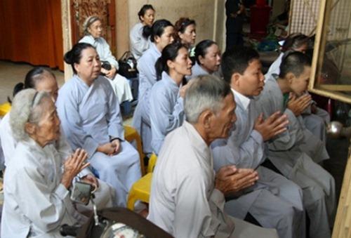 Niệm danh hiệu Phật A Di Đà, nhằm giúp cho thần thức vong linh hướng về Phật pháp,
