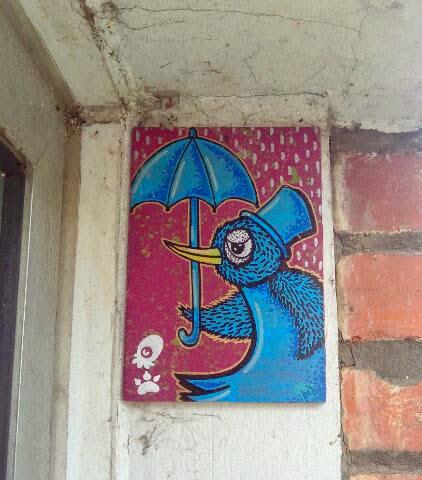vogel mit regenschirm street art kachel