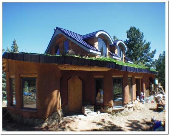casa de cob e telado verde